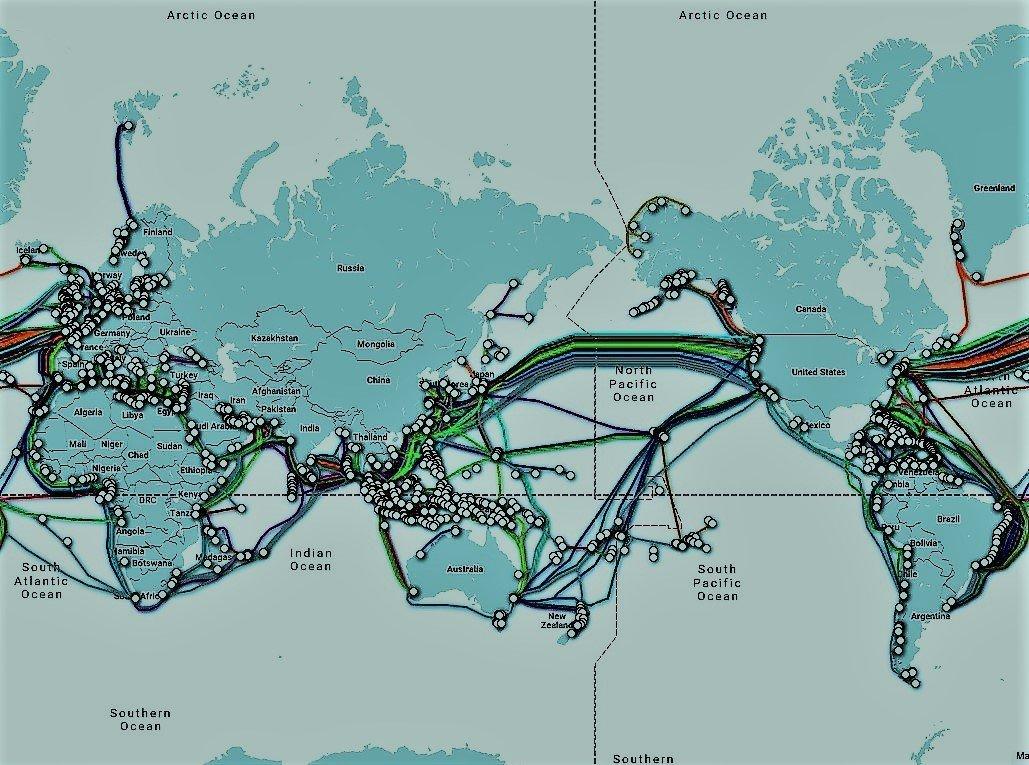 Mapa mundial que muestra la red de cable submarino con estaciones de aterrizaje.